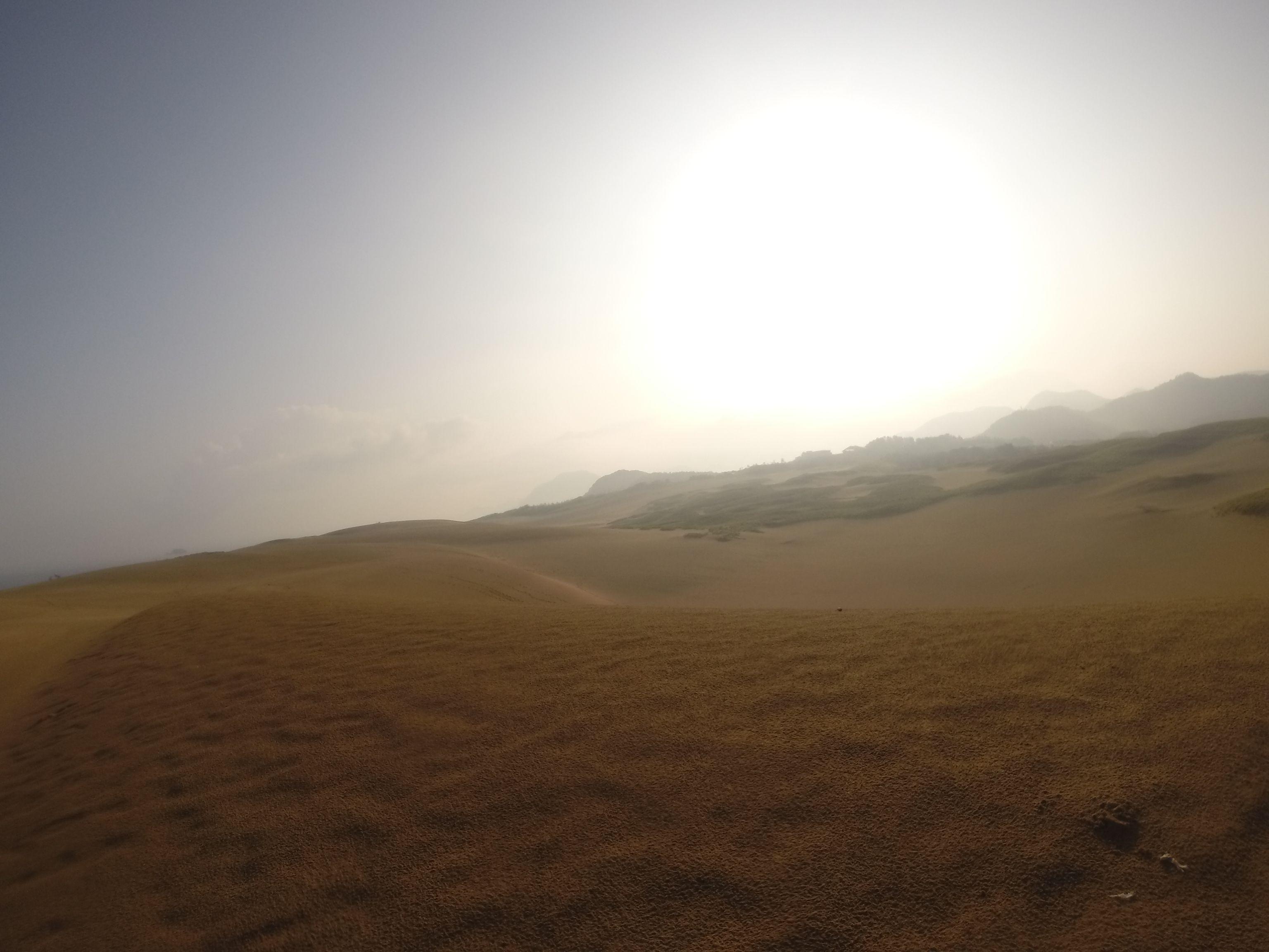 朝もやの中を登りゆく太陽
