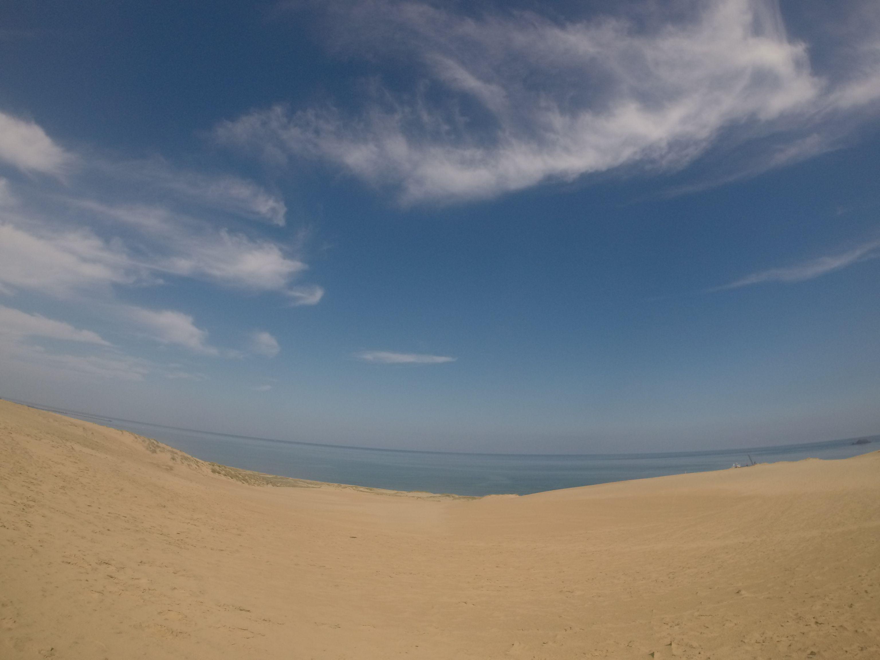 青空が嬉しい朝の鳥取砂丘
