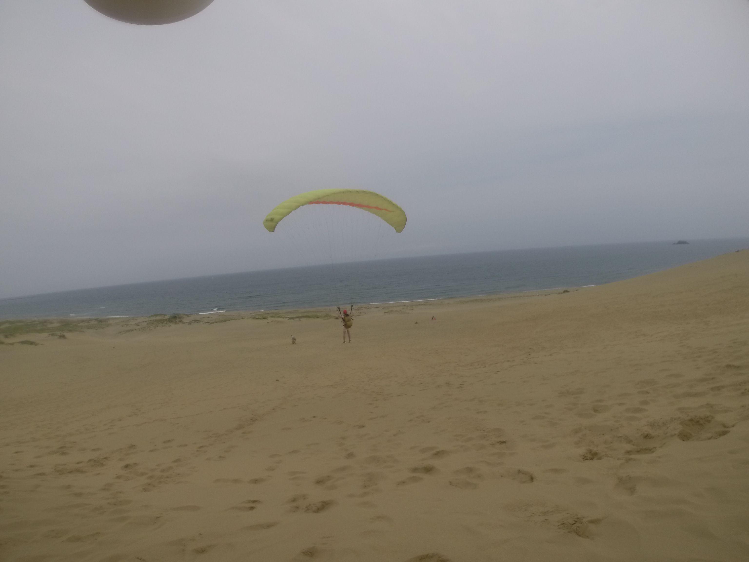 曇り空の下でパラグライダー