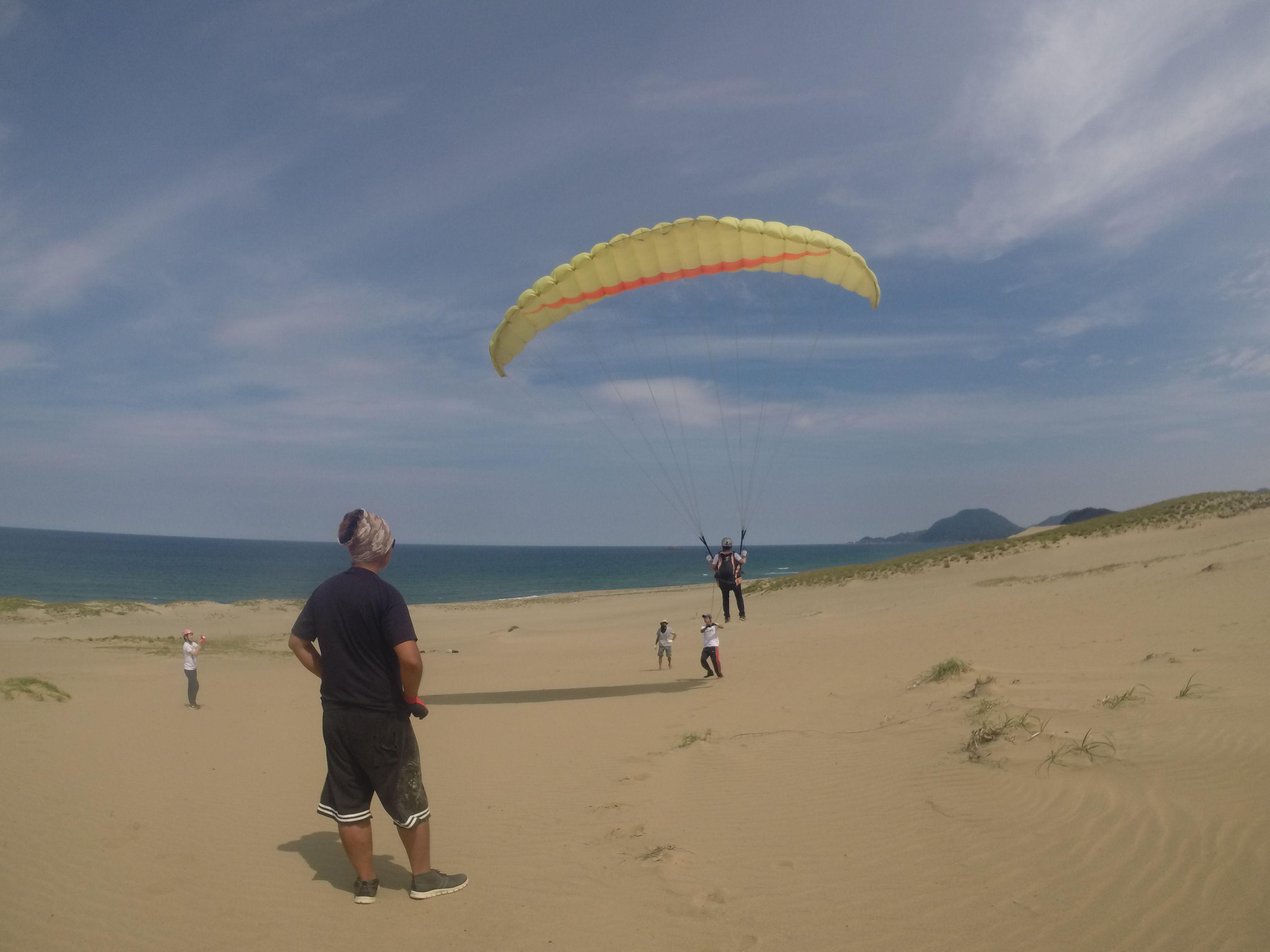 海岸べりの緩斜面でパラグライダー体験