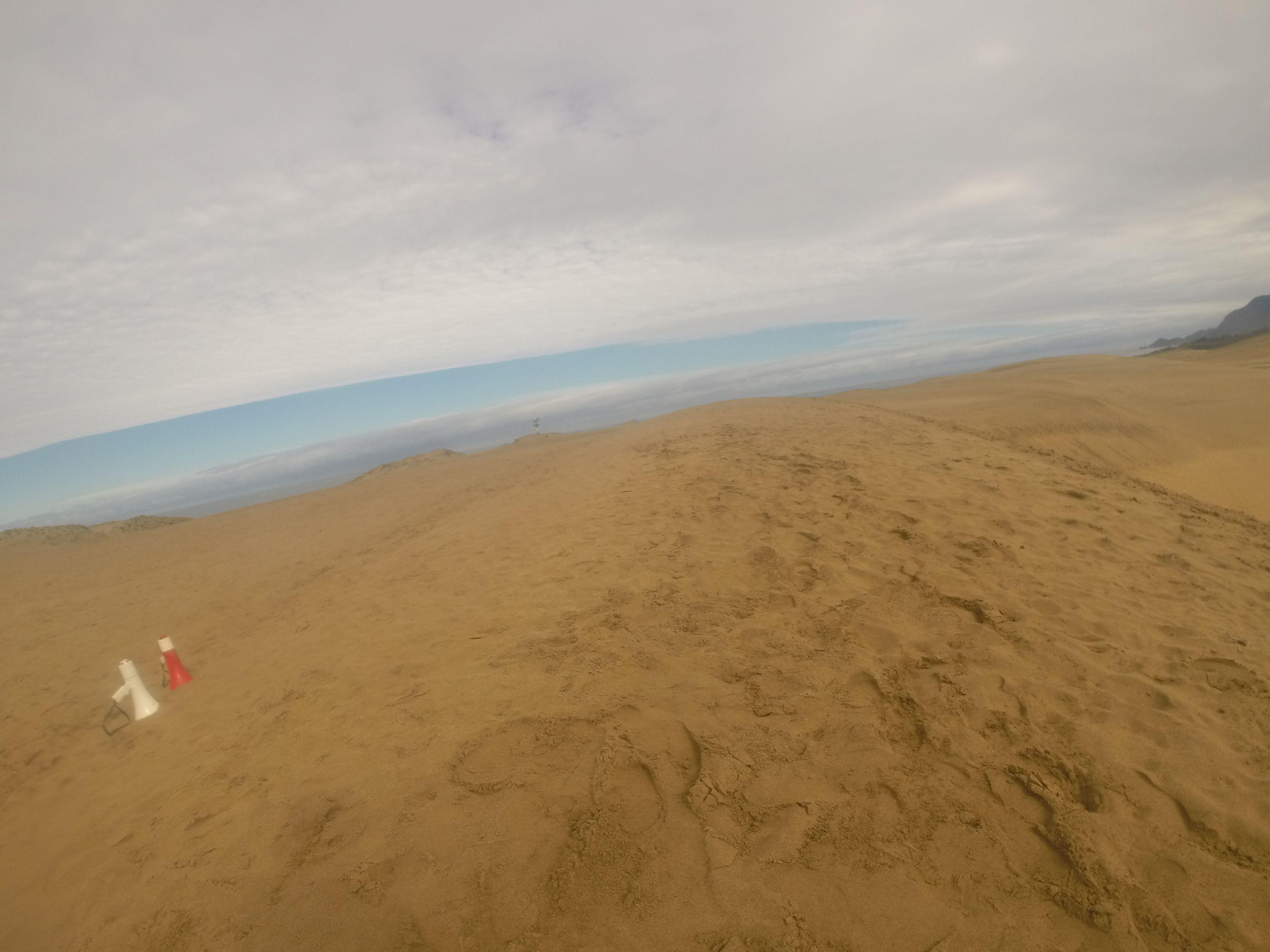 海のほうから青空が広がってきた鳥取砂丘