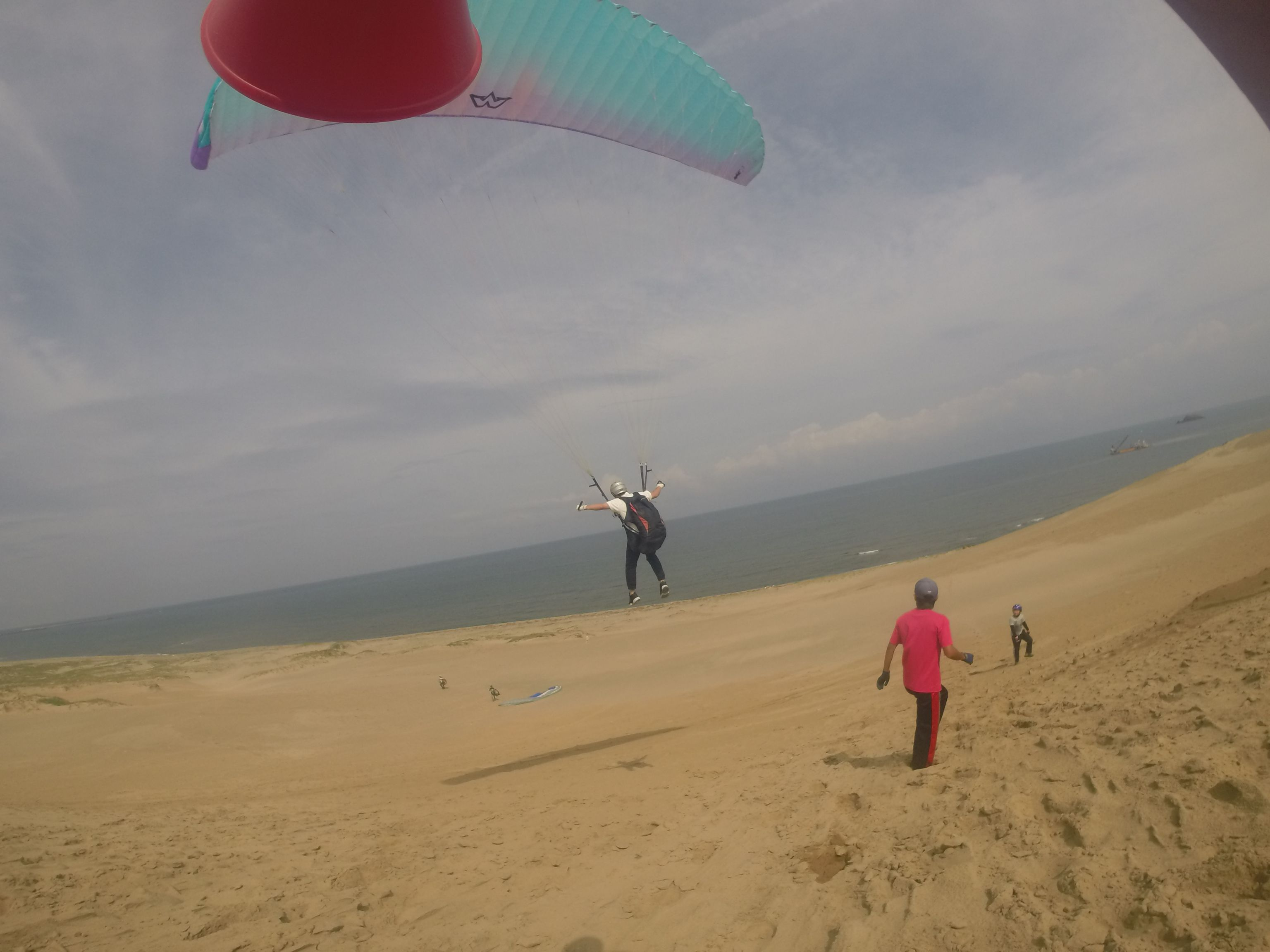 日本海を眺めながら鳥取砂丘の空を舞う