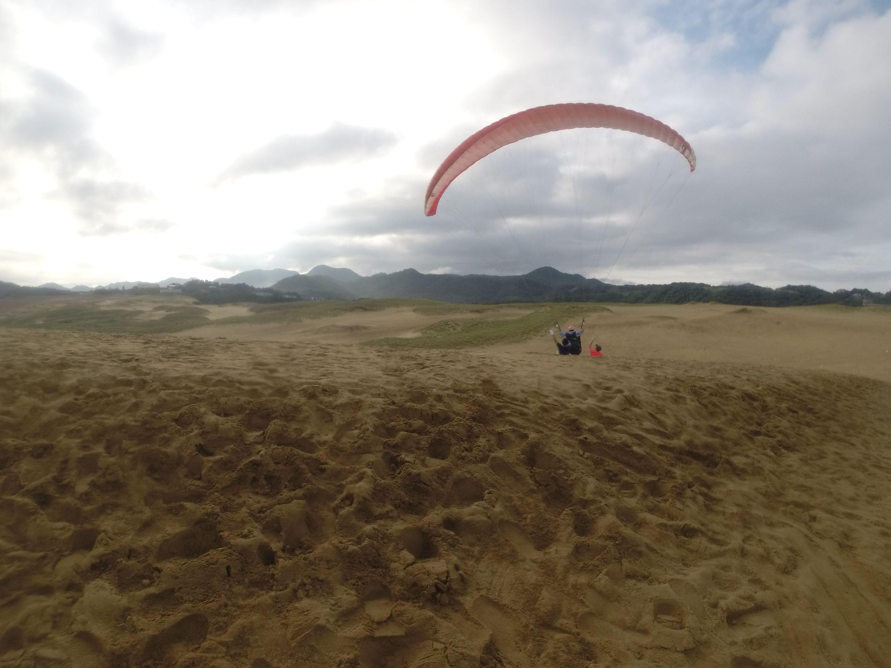 高さを生かして空高く浮かぶパラグライダー