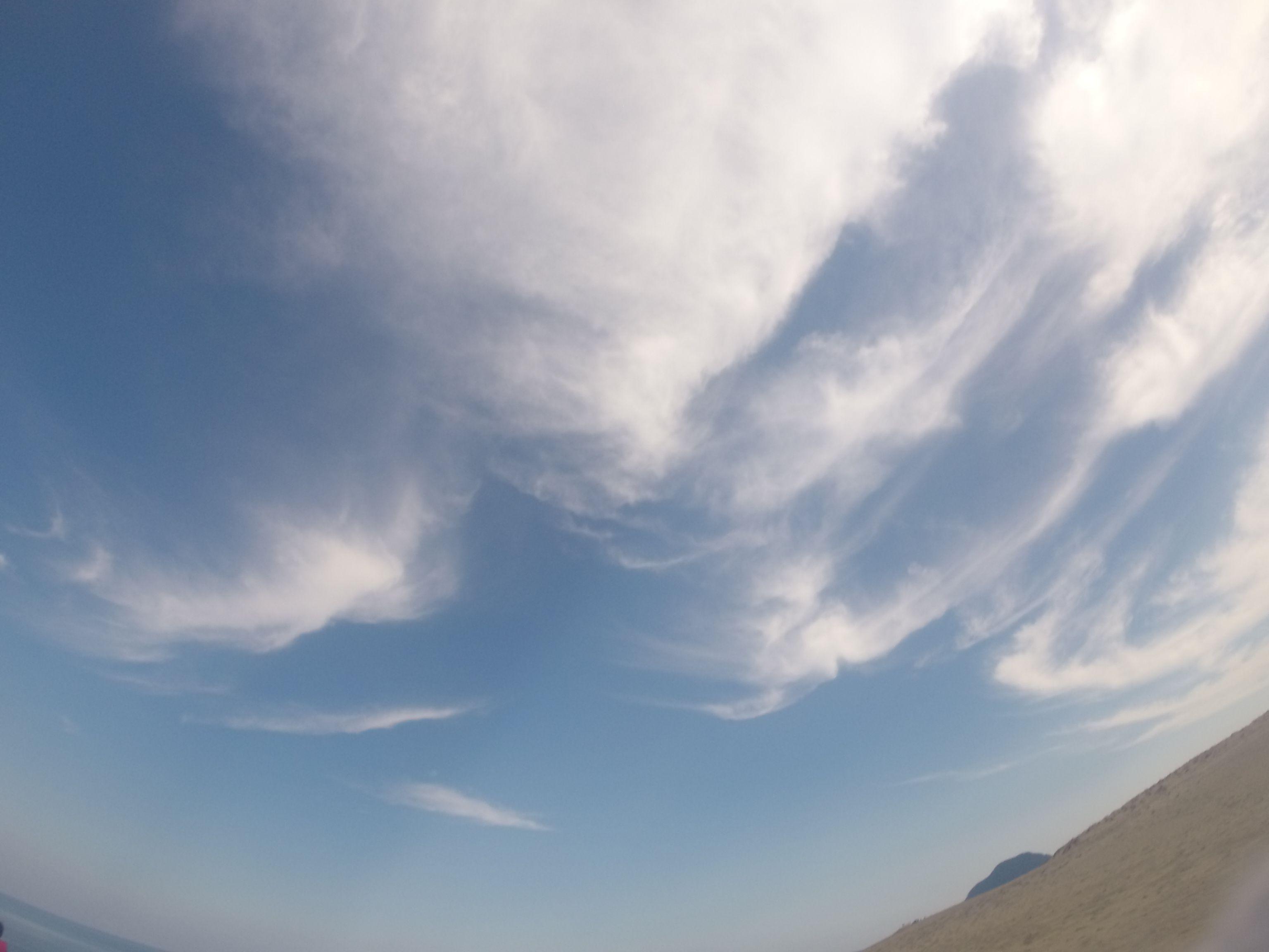 白い雲がまるで絵の具のよう