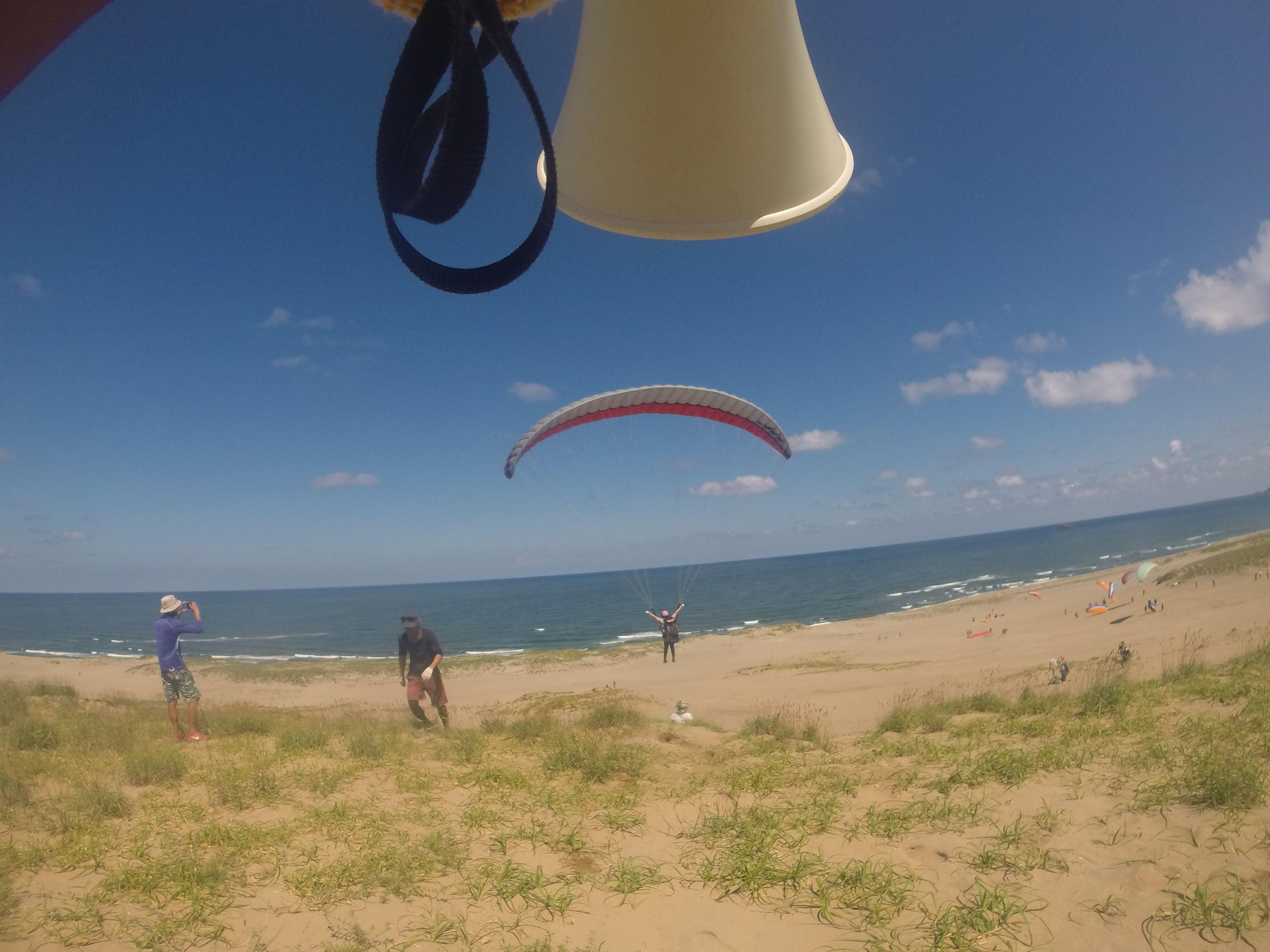 うまく風に乗って海岸近くまで到達する人も