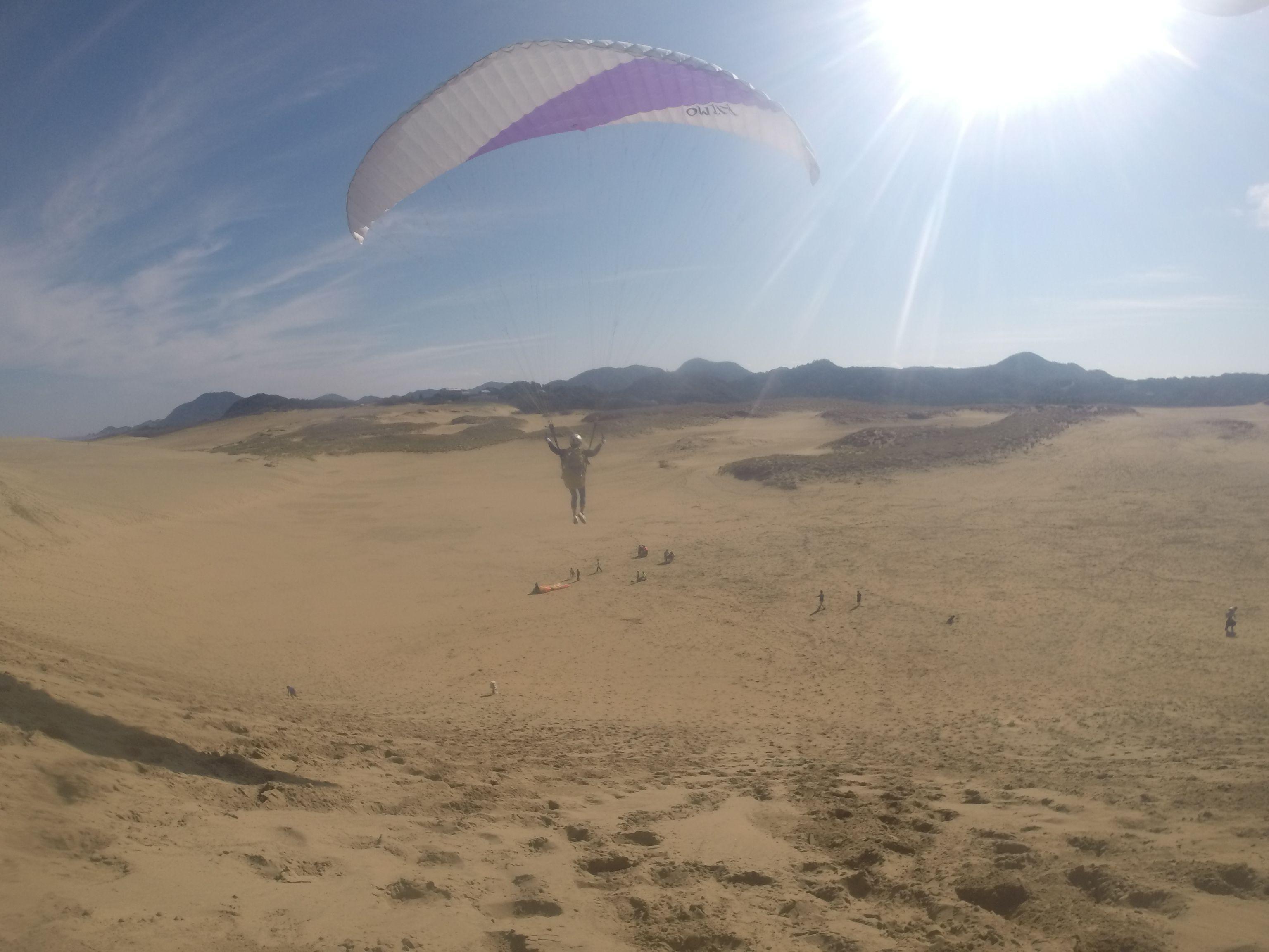 爽快に鳥取砂丘の空を舞う
