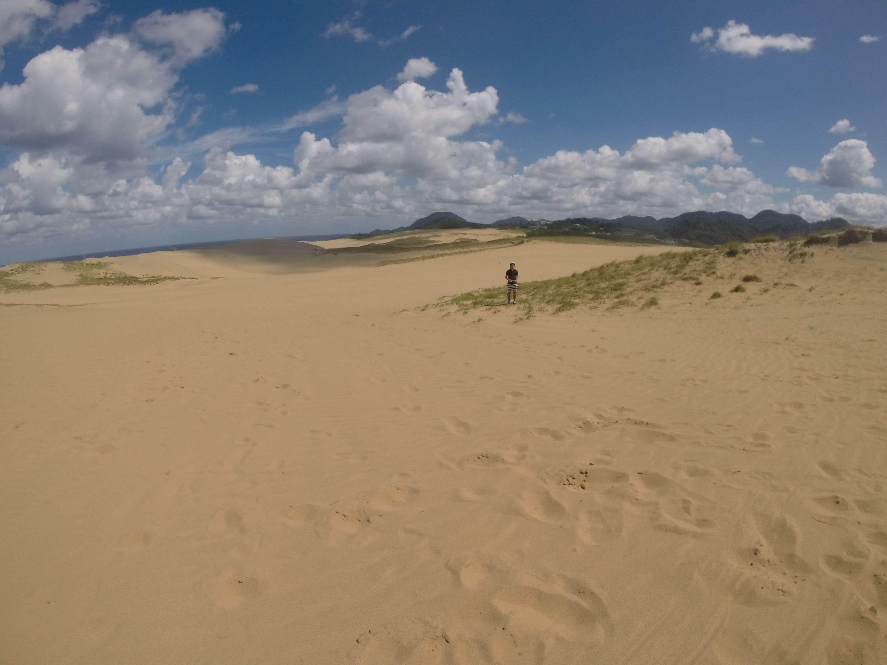 たくさんの雲が並ぶ砂丘の空