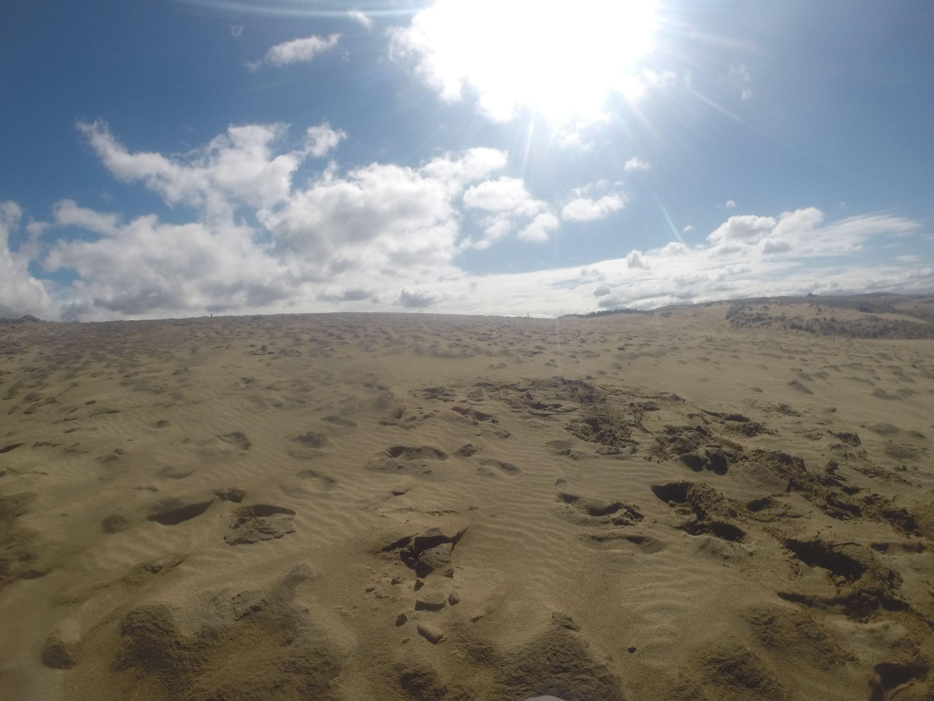 雲は多めながら、強烈な日差しが降り注ぐ鳥取砂丘