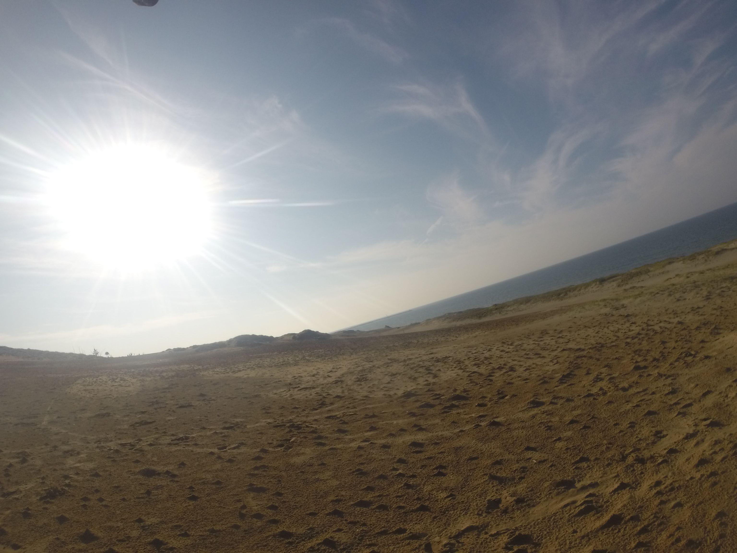 砂丘を照らしだす眩しい太陽