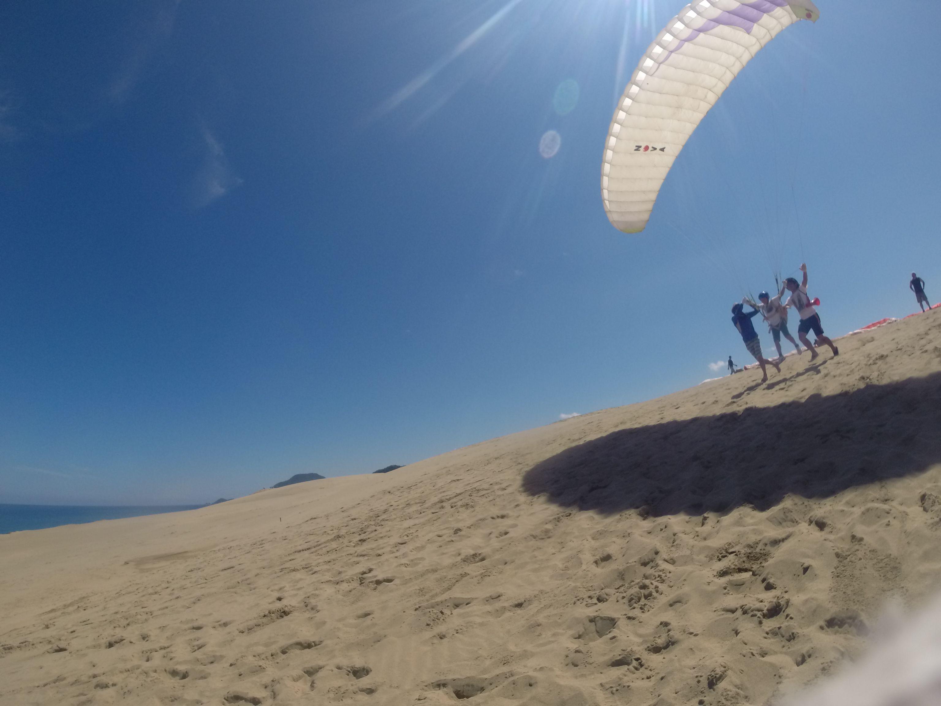 空の青さに映えるパラグライダー