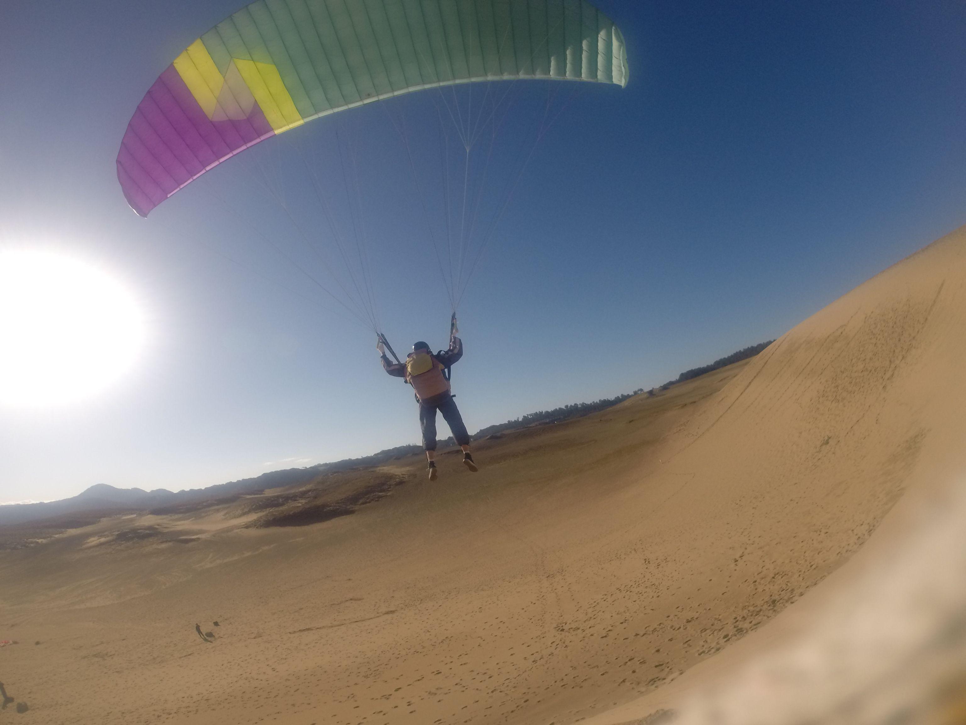 鳥取砂丘で空を飛んだUSJのダンサーさん