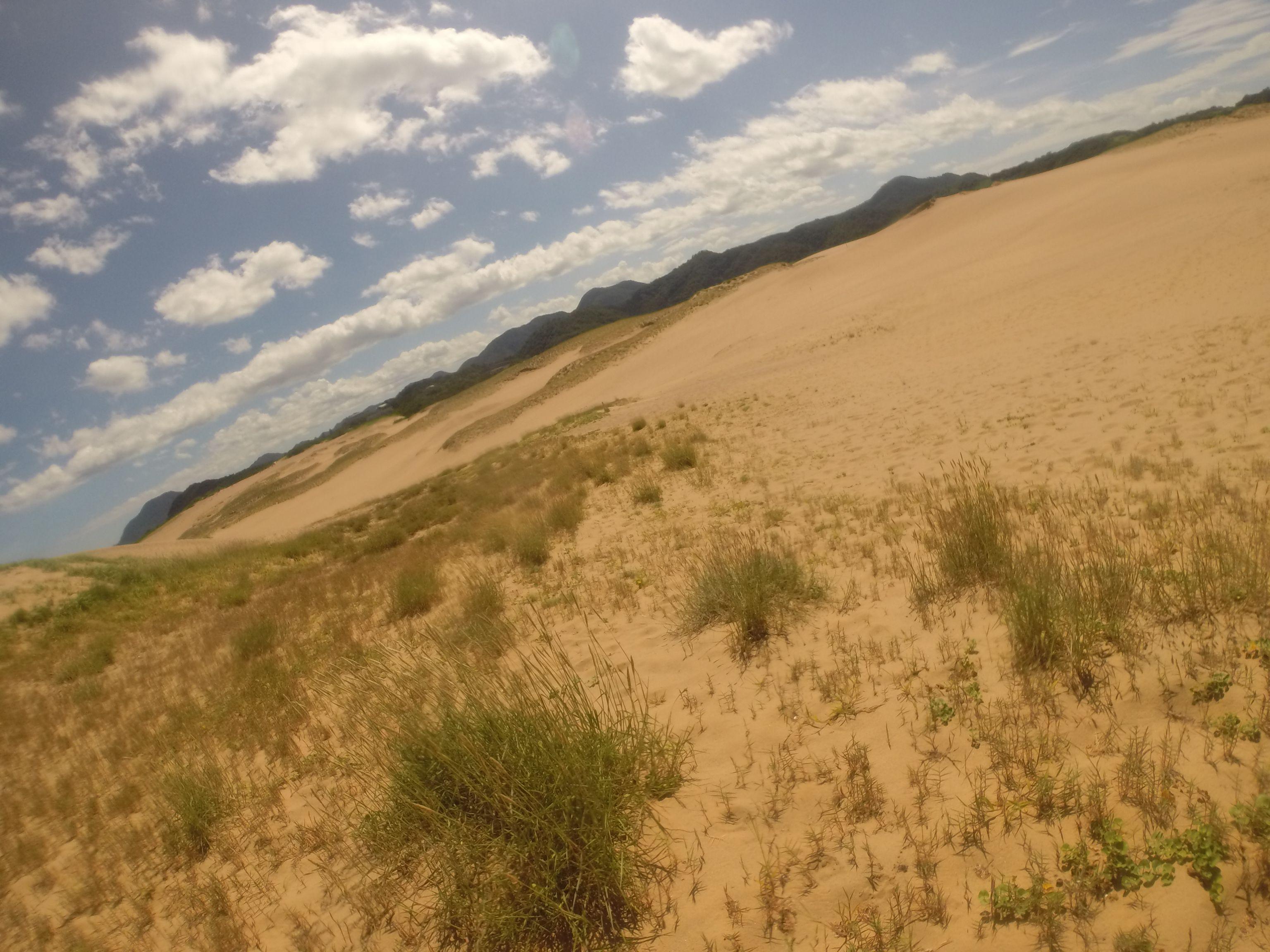 雲の列がぞくぞくやってくる砂丘の空