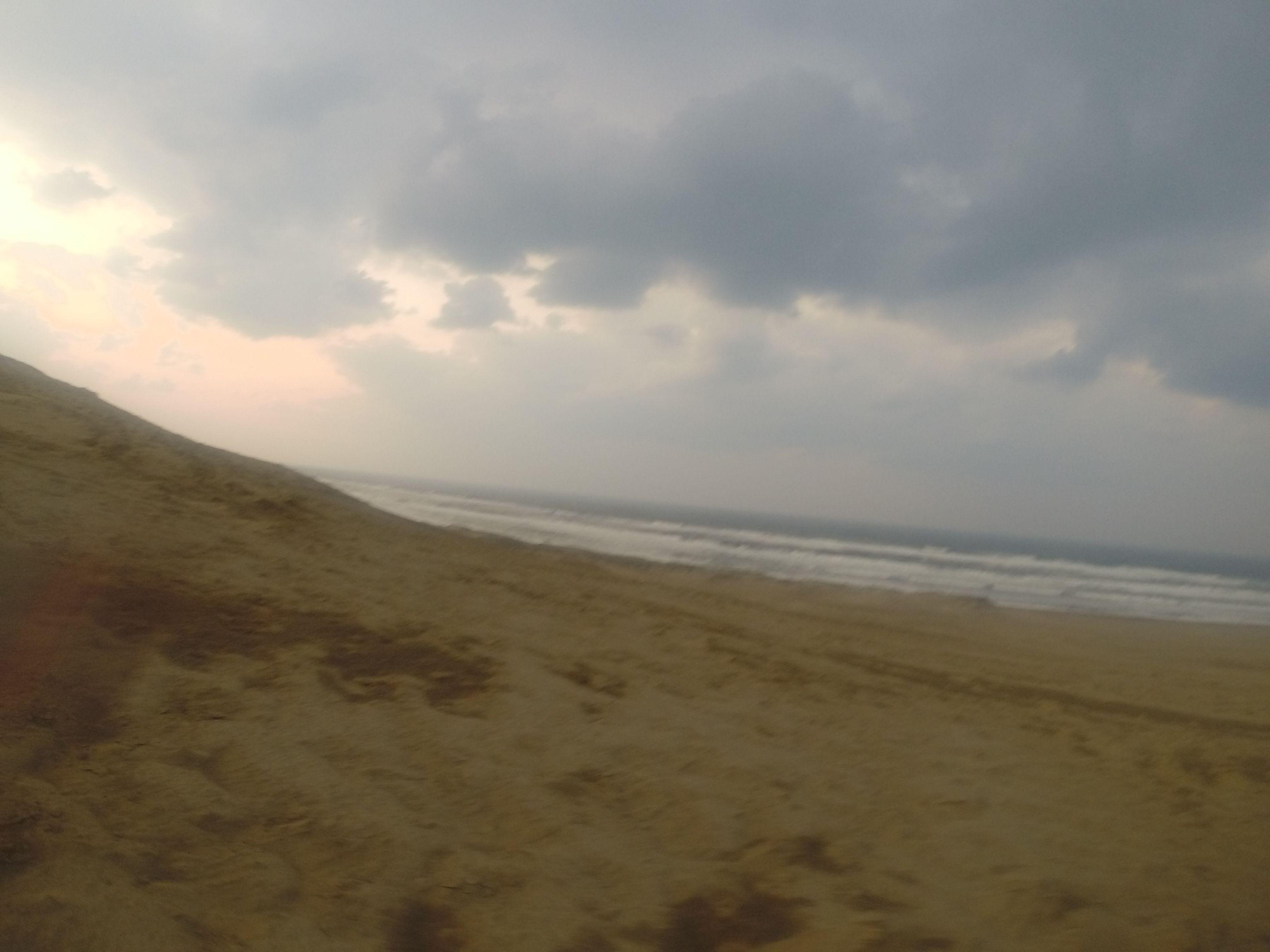 荒々しい日本海の波の音が響き渡っています