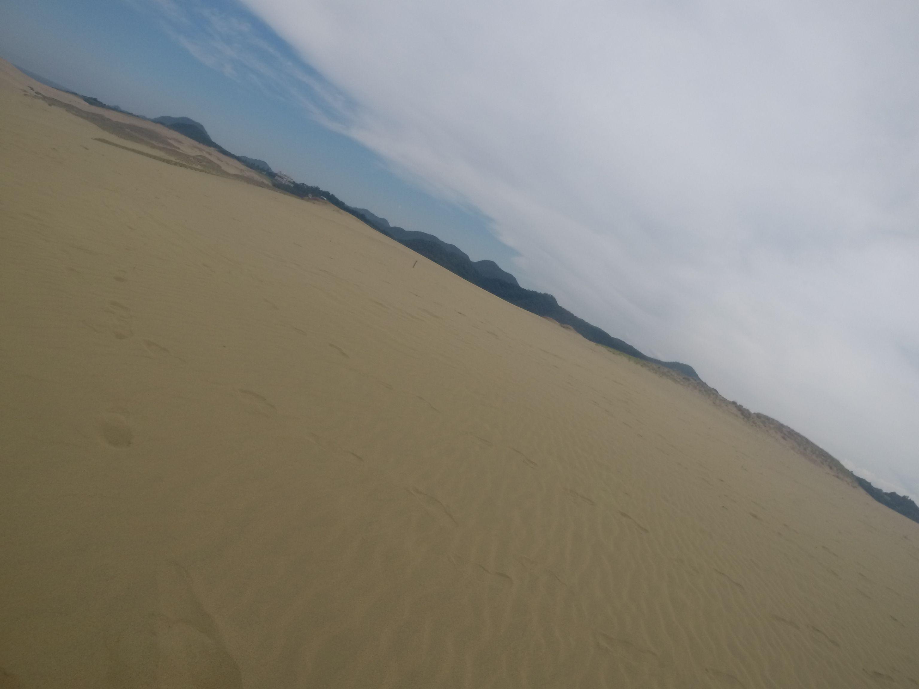 白い雲がのびる鳥取砂丘
