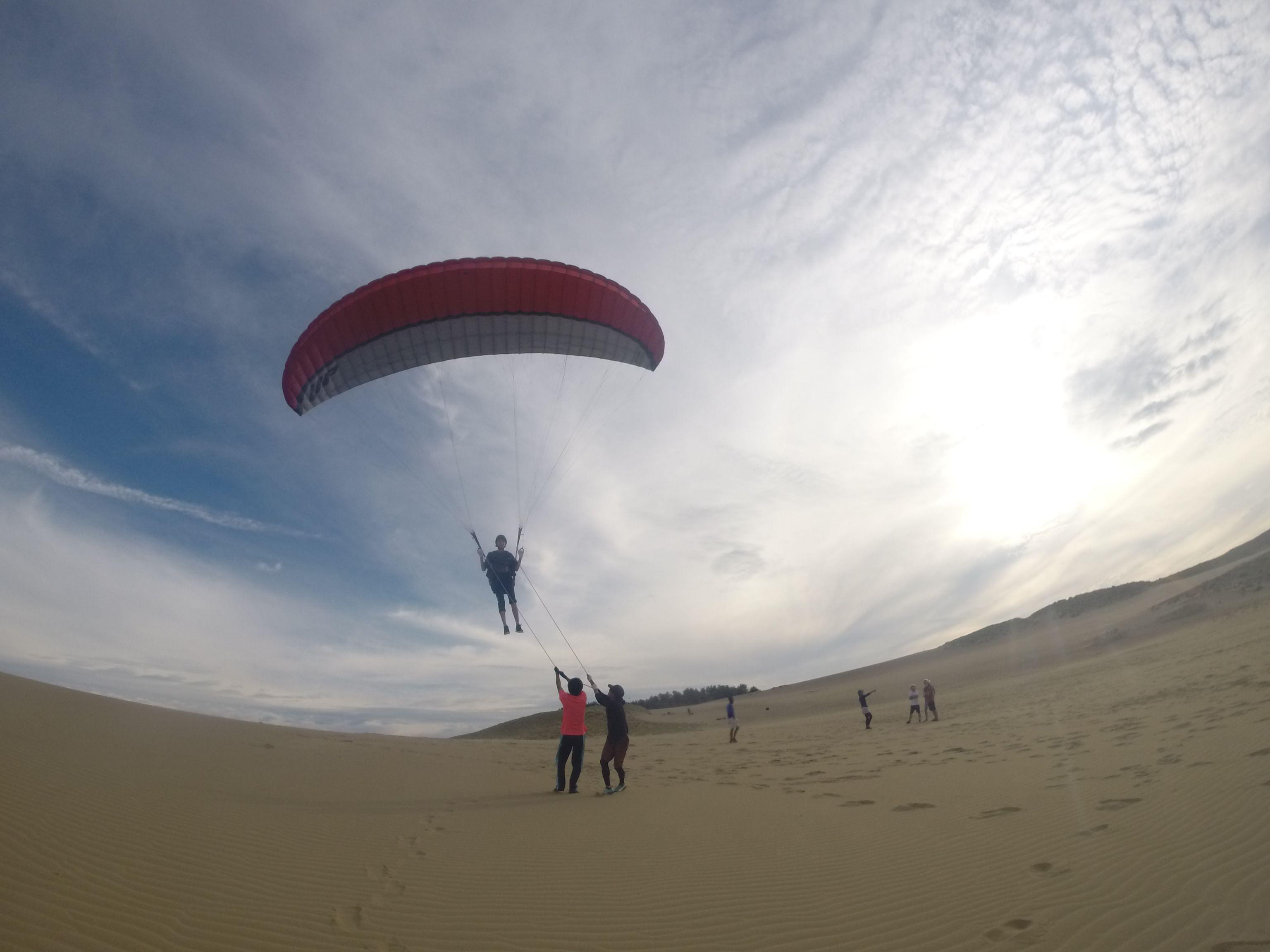 美しい風紋の上をパラグライダーで飛ぶ