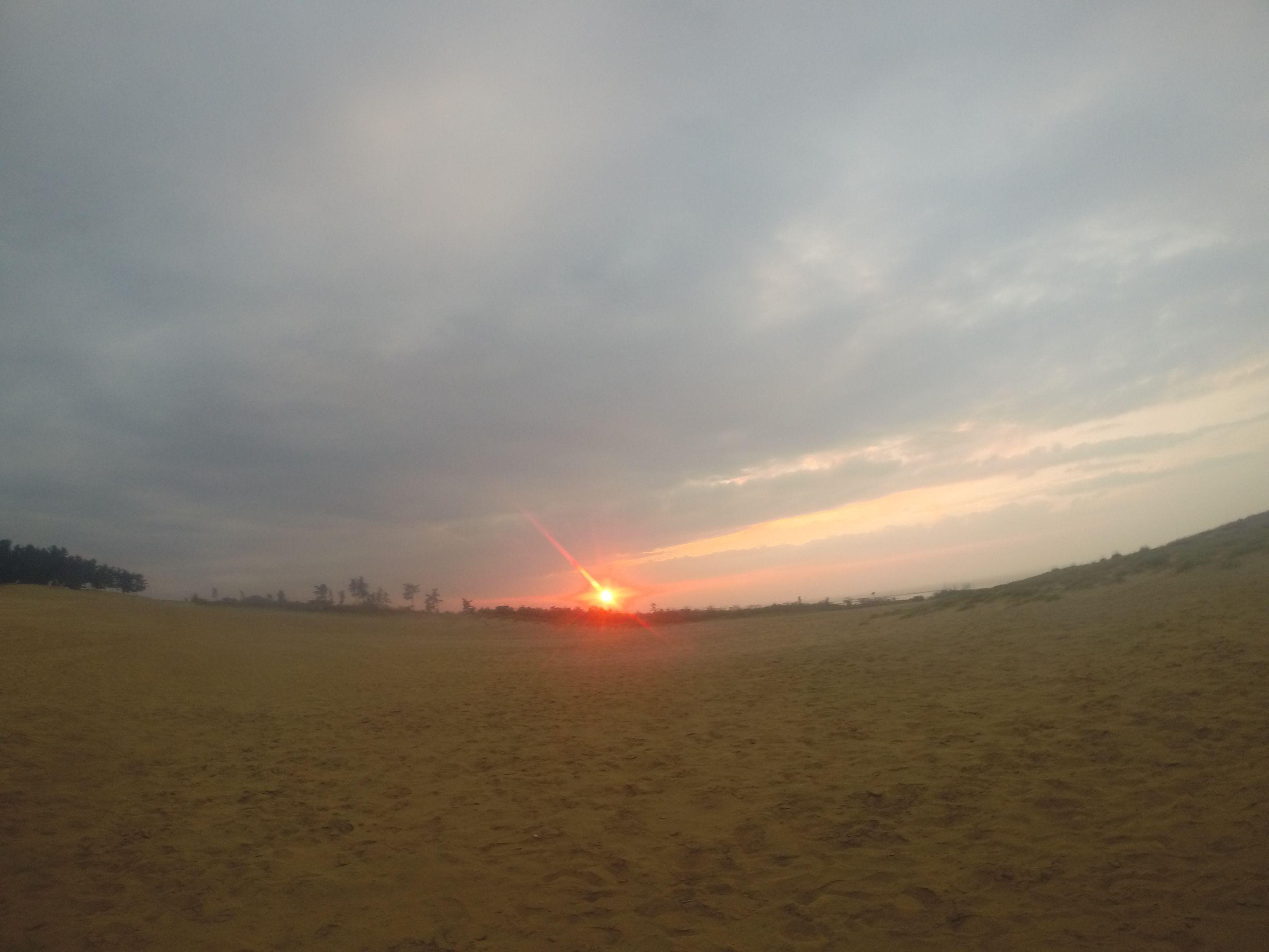 美しい夕陽が雲の隙間から