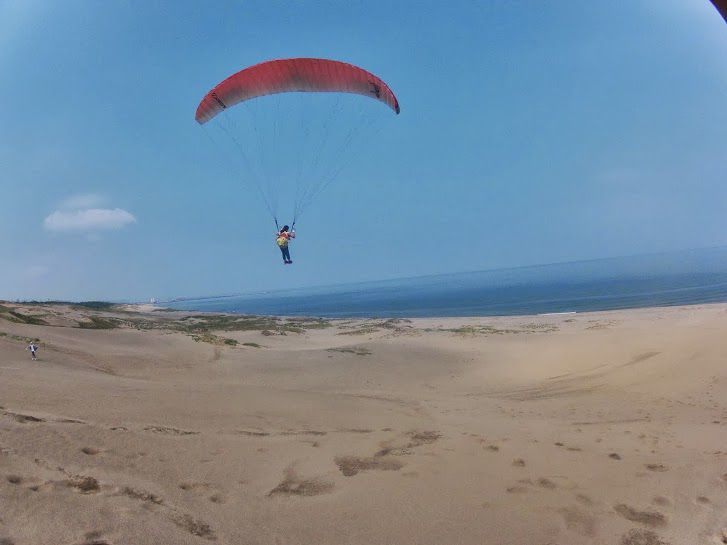 海に向かって砂丘パラグライダー
