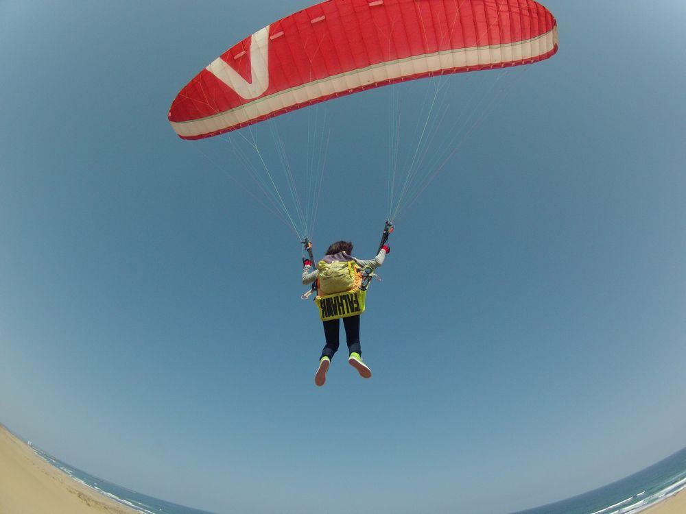 現代の忍者はパラグライダーで空を飛びます