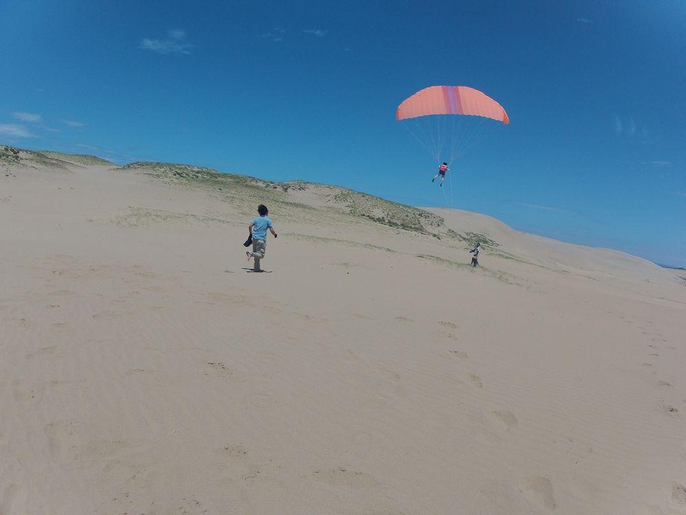 鳥取砂丘の海風に乗って高くフライト