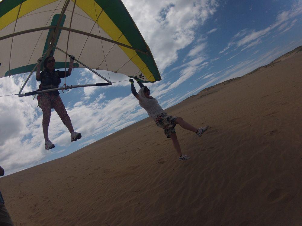 強い北東風を感じながらハンググライダーで浮遊体験