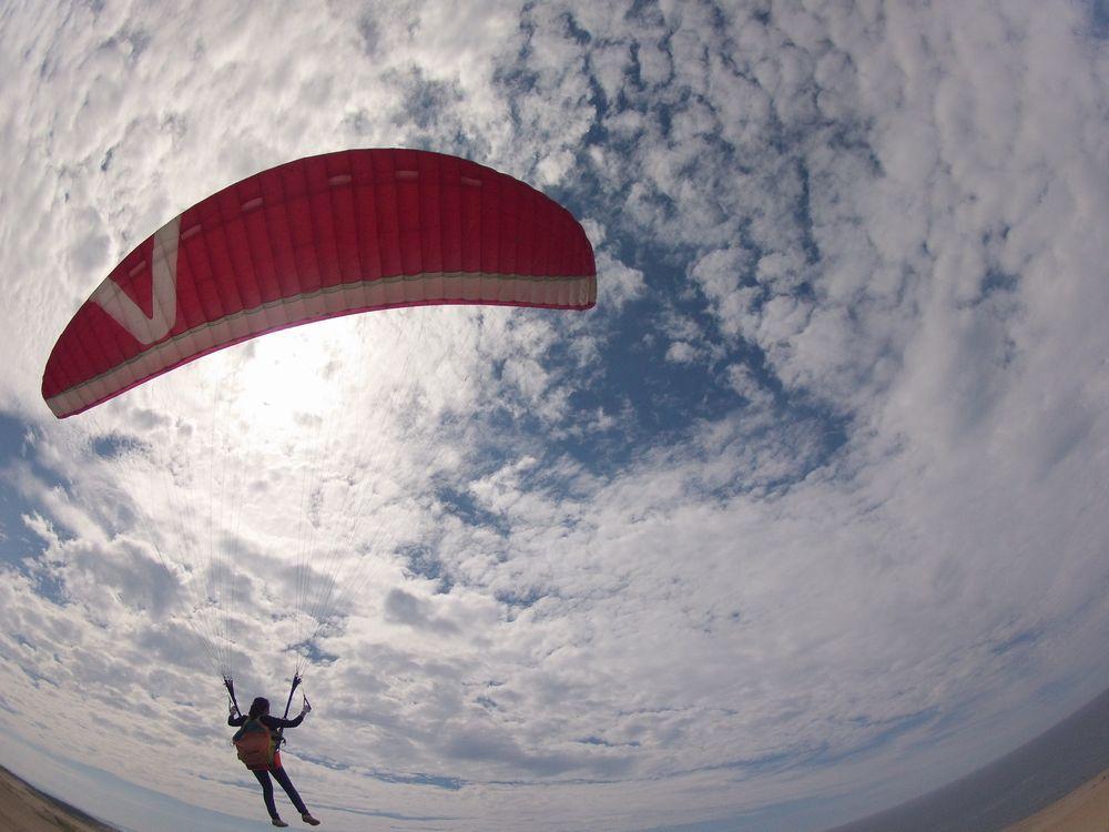日本海に向かってパラグライダーで飛ぶ