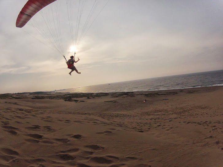 夏の夕方の砂丘パラグライダー