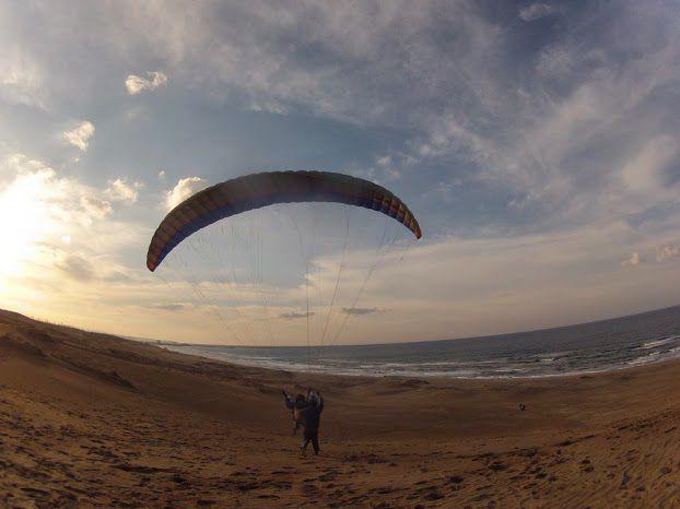夕日の砂丘パラグライダー