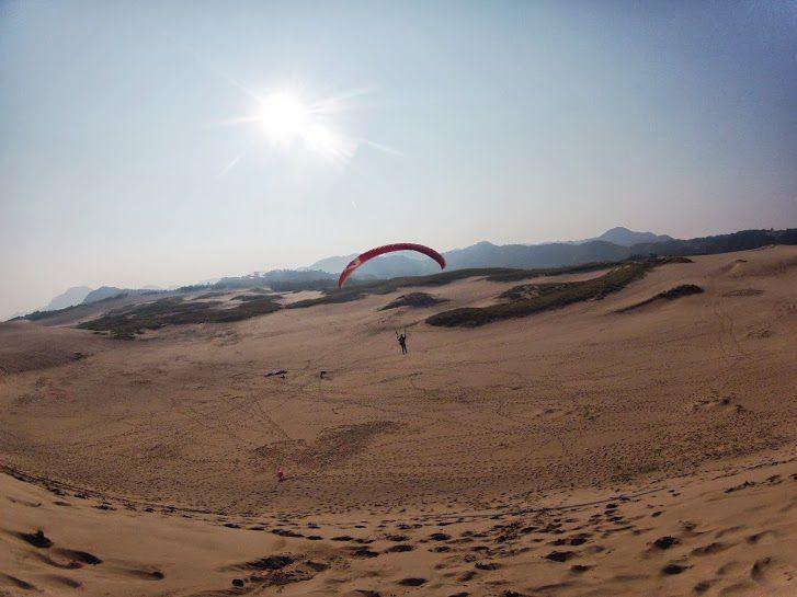 朝日に向かってフライト砂丘パラグライダー