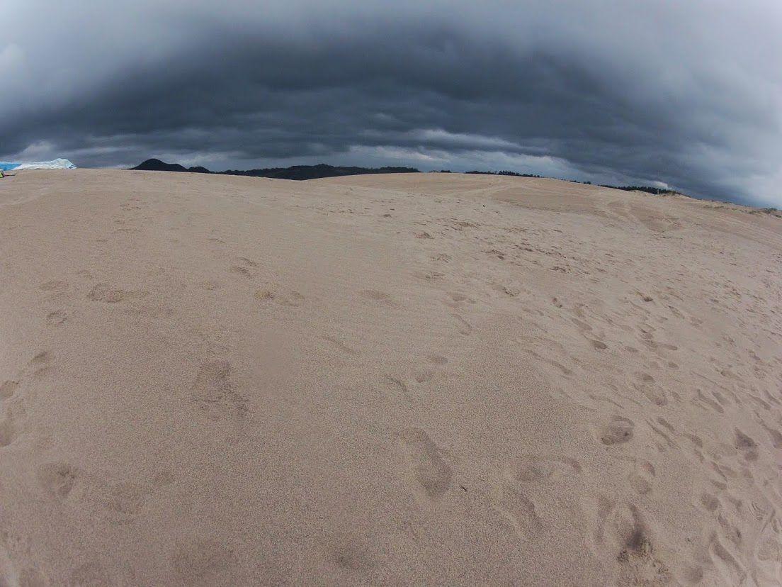 遠くに黒い雲の列が見えた鳥取砂丘