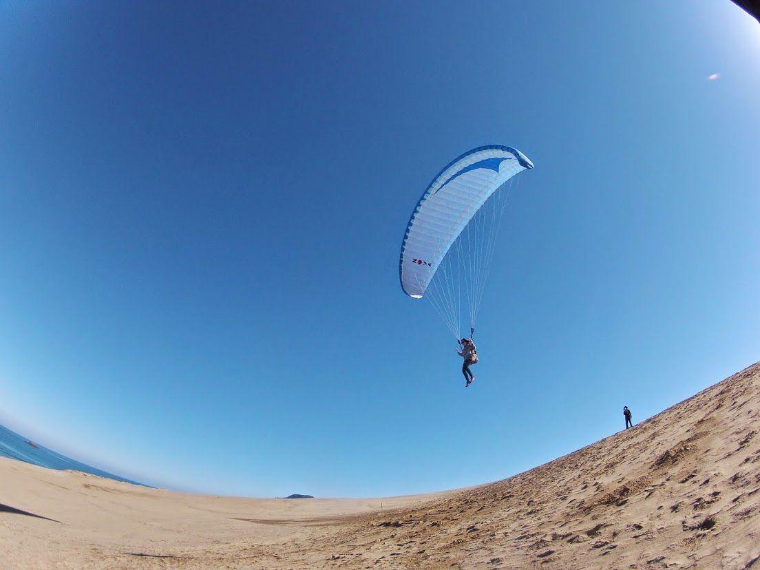 美しい空と海が広がる大空間を飛行