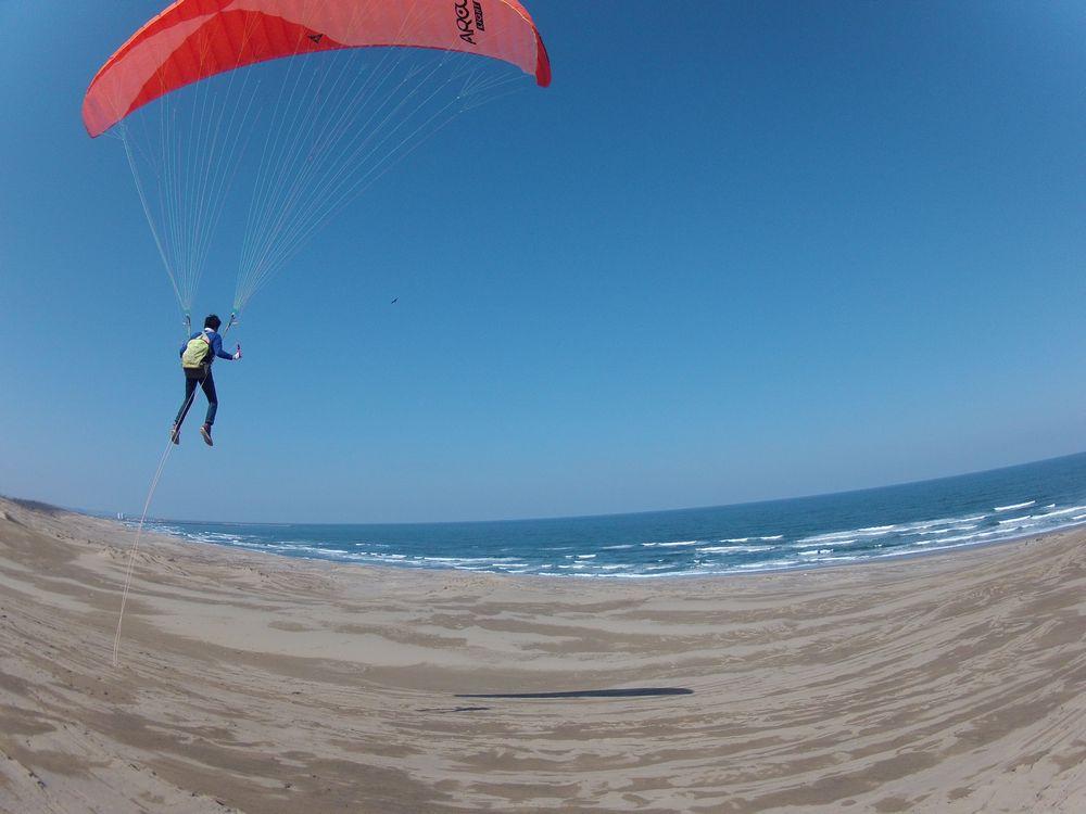 日本海に向かって快晴の鳥取砂丘をフライト