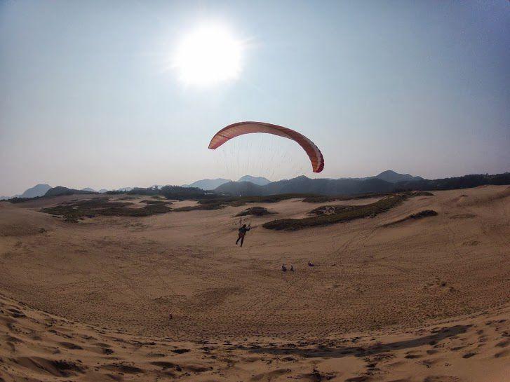 豪快にフライト砂丘パラグライダー