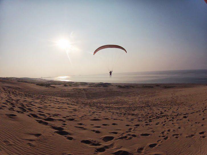 夕日の日本海砂丘パラグライダー