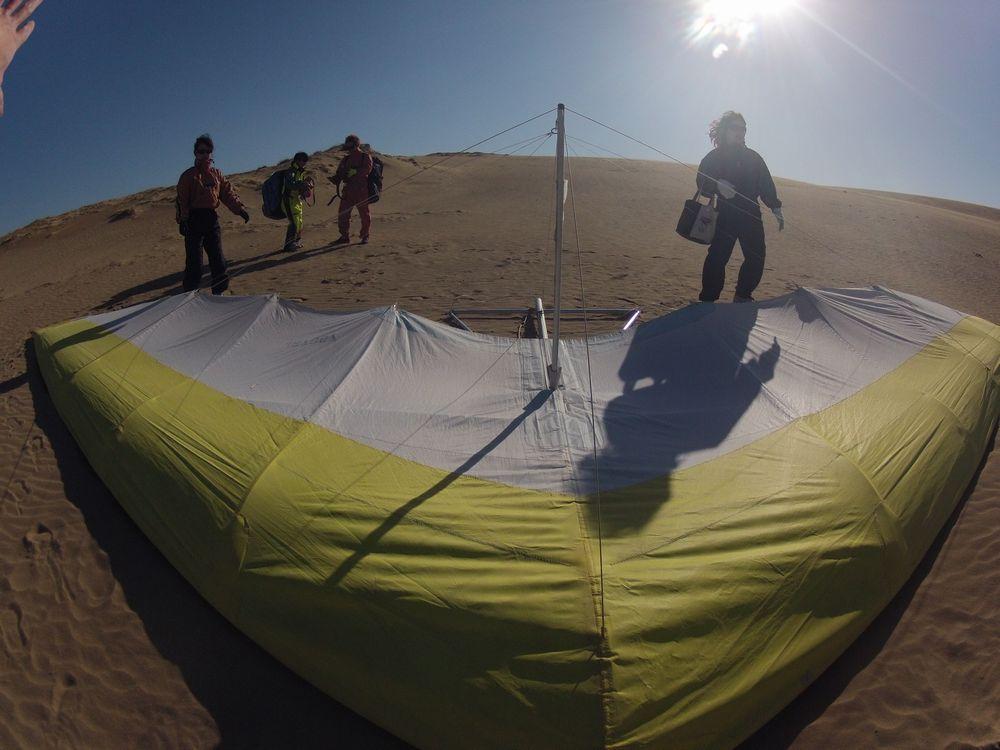 強風の鳥取砂丘はハンググライダーでフライトに挑戦