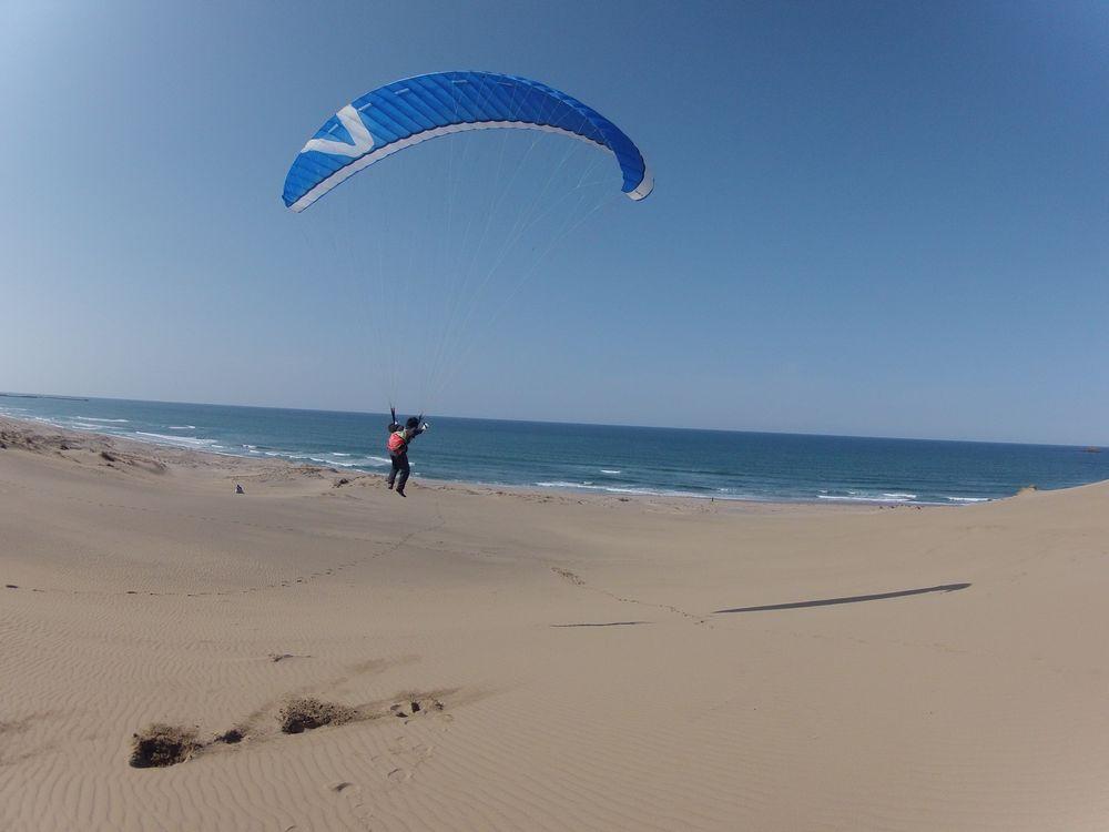 綺麗にできた風紋の上をパラグライダーで飛ぶ