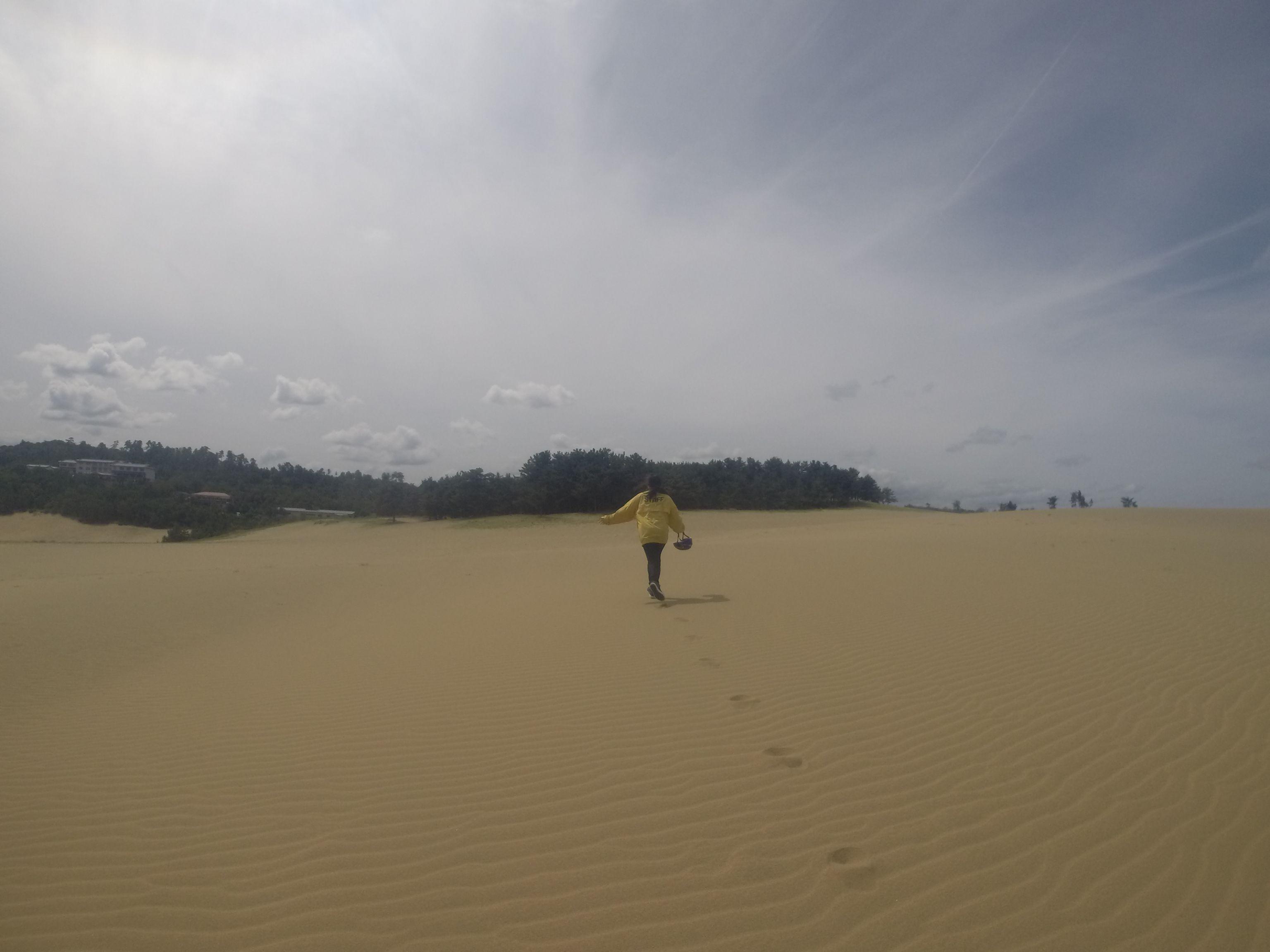 風紋の上に続く足跡…