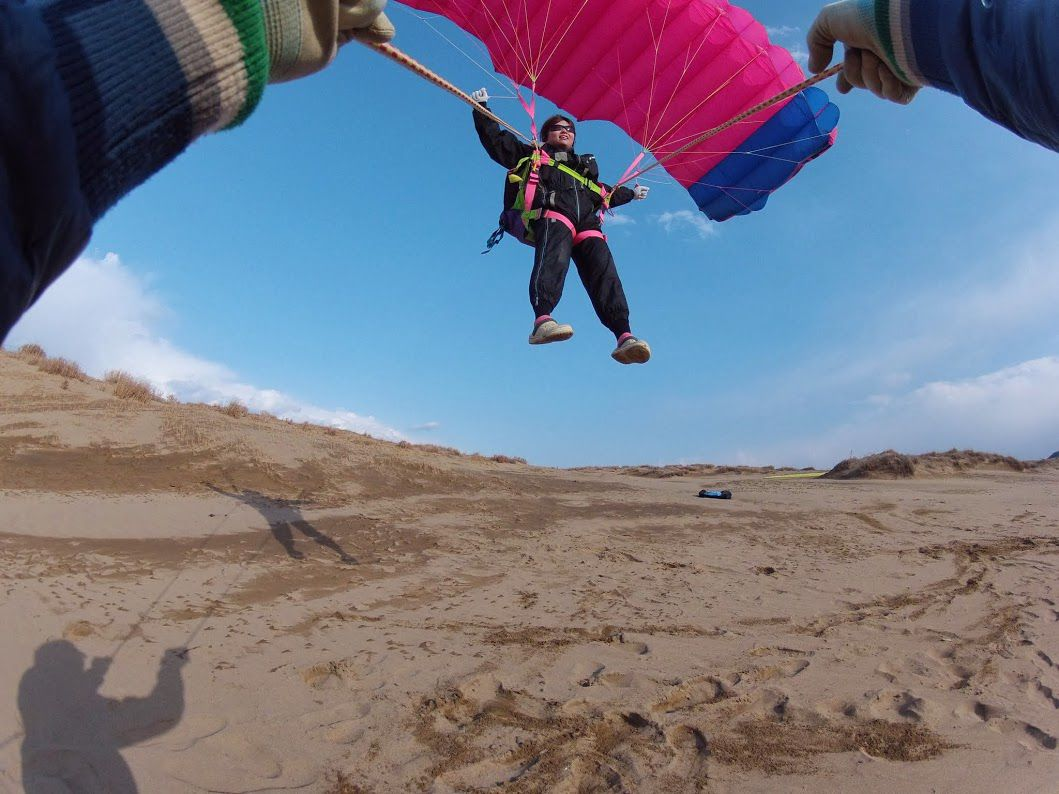 強風の砂丘パラグライダー