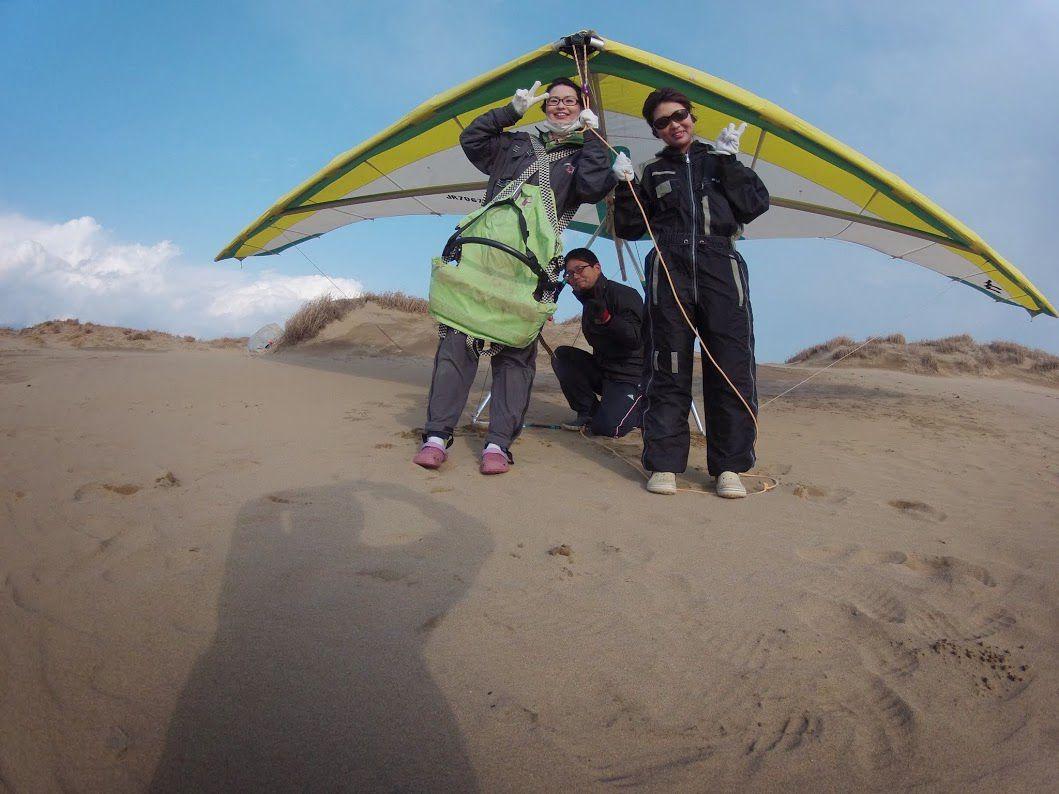 強風の砂丘ハンググライダー