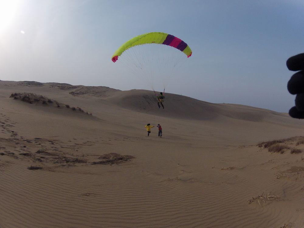 鳥取砂丘の中心でパラグライダーからの絶景を楽しむ