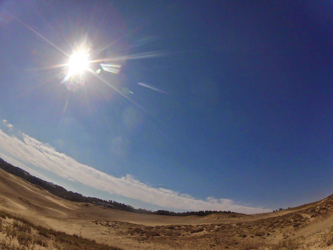 空が明るい砂丘パラグライダー