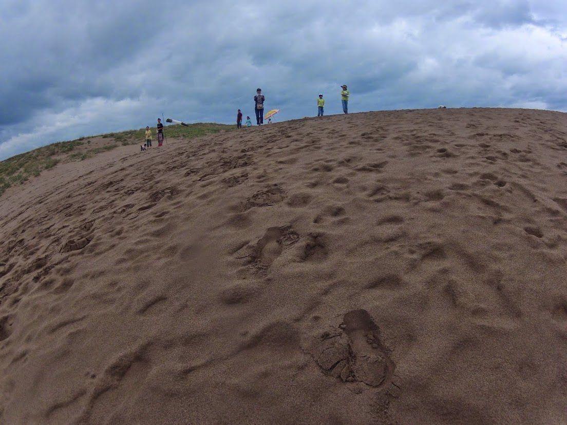 雲に覆われている砂丘
