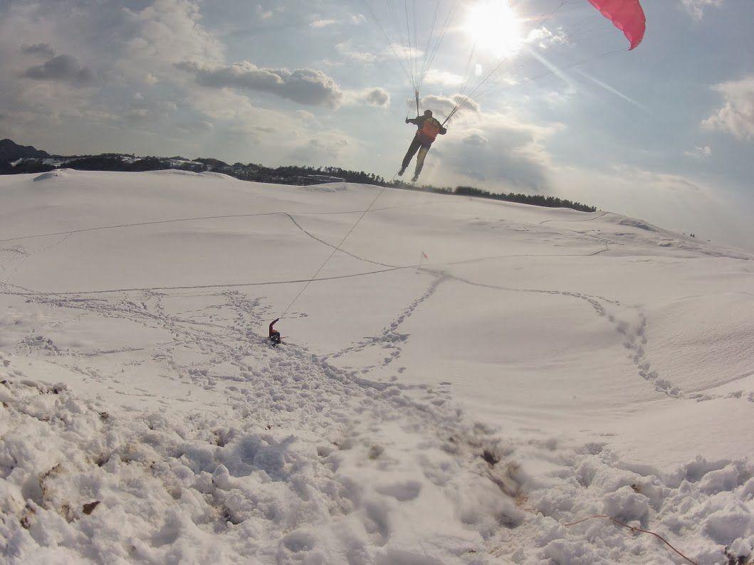 雪の砂丘パラグライダー
