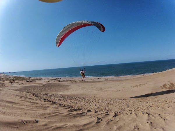 日本海に向かって砂丘パラグライダー