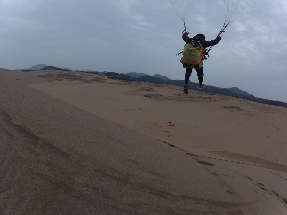 卒業旅行で鳥取砂丘のパラグライダーにチャレンジ