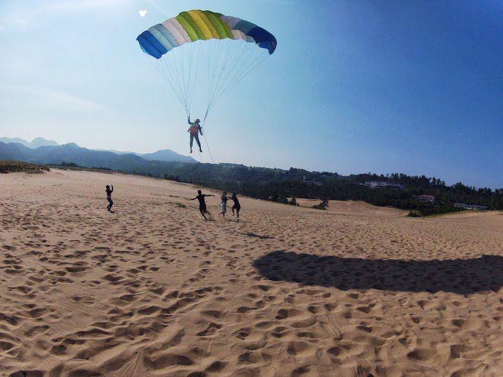 マンパワーの砂丘パラグライダー
