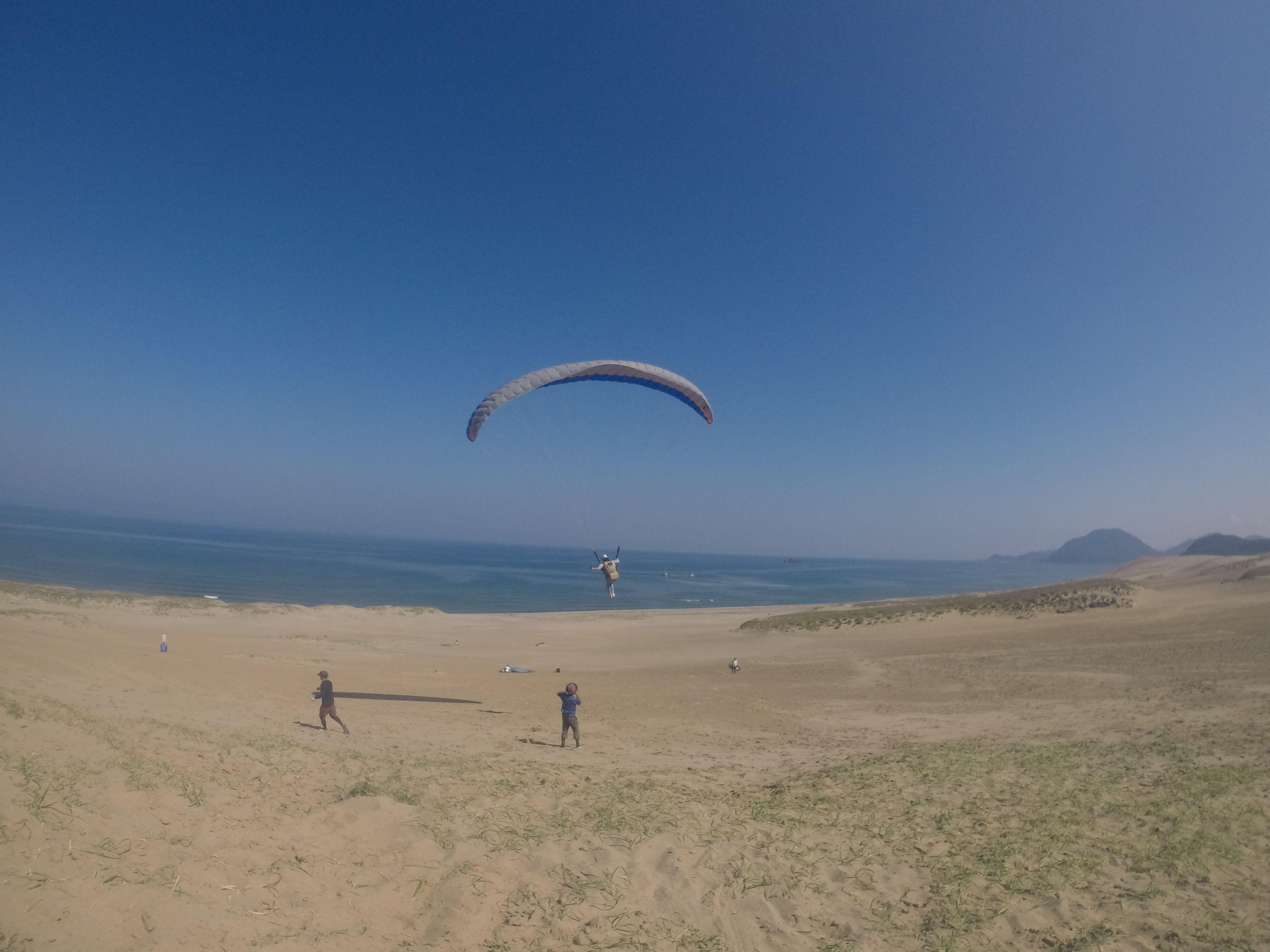 砂丘の上空をふわふわり