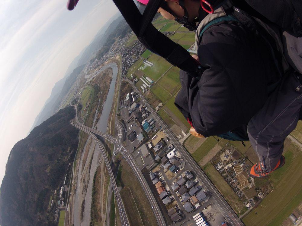 タンデムパラグライダーで上空から風景を眺める