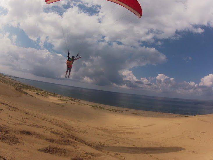 上昇気流に乗ることができる砂丘パラグライダー