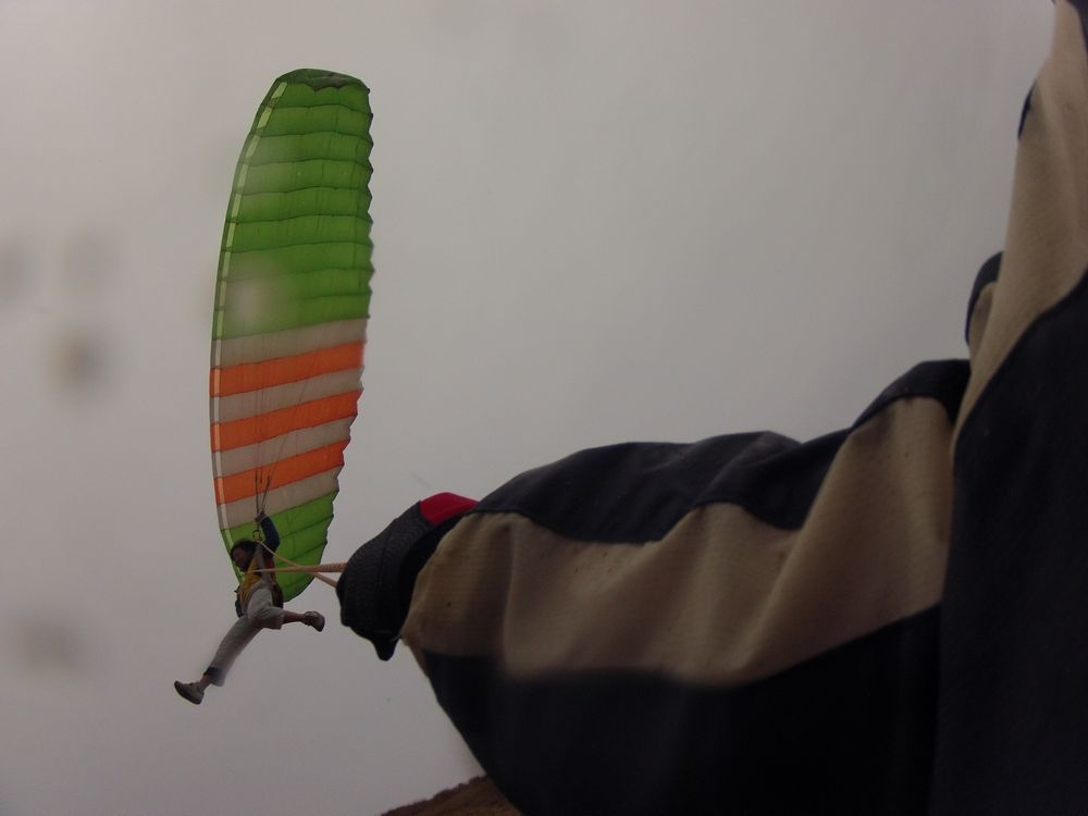 雨の中で豪快に飛ぶパラグライダー