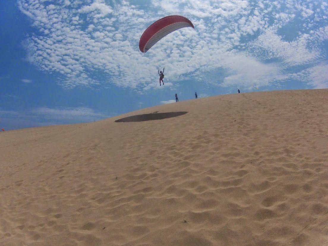 大きなフライトパラグライダー砂丘